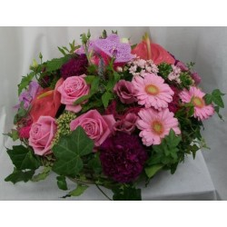 panier de fleurs roses, c'est une fille